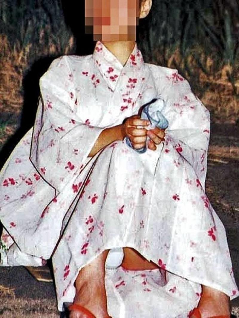 【花火大会パンチラ画像】お祭りの雰囲気や花火の綺麗さに気を取られてパンツ全開の素人娘wwww 35