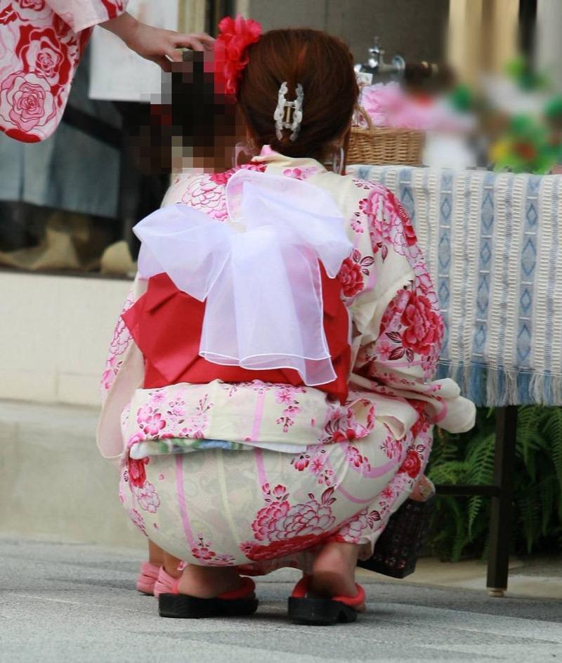 【花火大会パンチラ画像】お祭りの雰囲気や花火の綺麗さに気を取られてパンツ全開の素人娘wwww 38