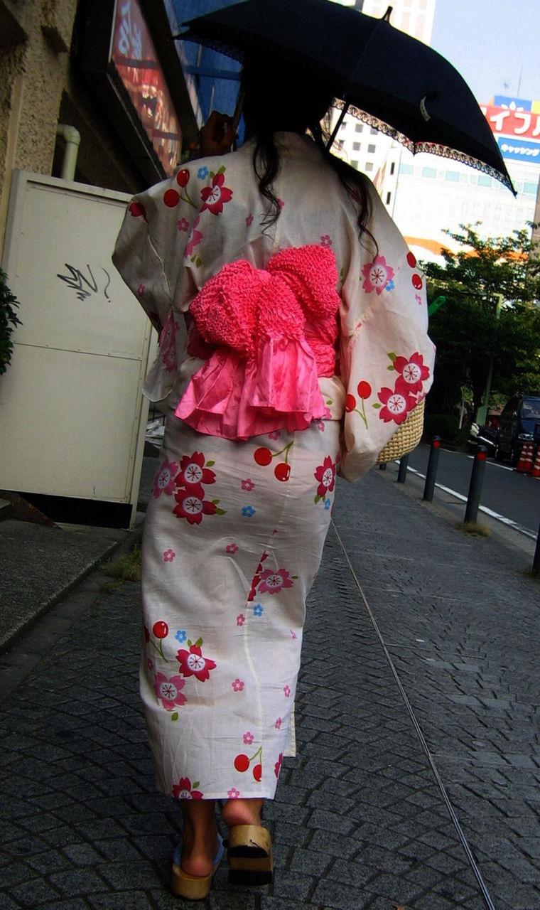 【花火大会パンチラ画像】お祭りの雰囲気や花火の綺麗さに気を取られてパンツ全開の素人娘wwww 39