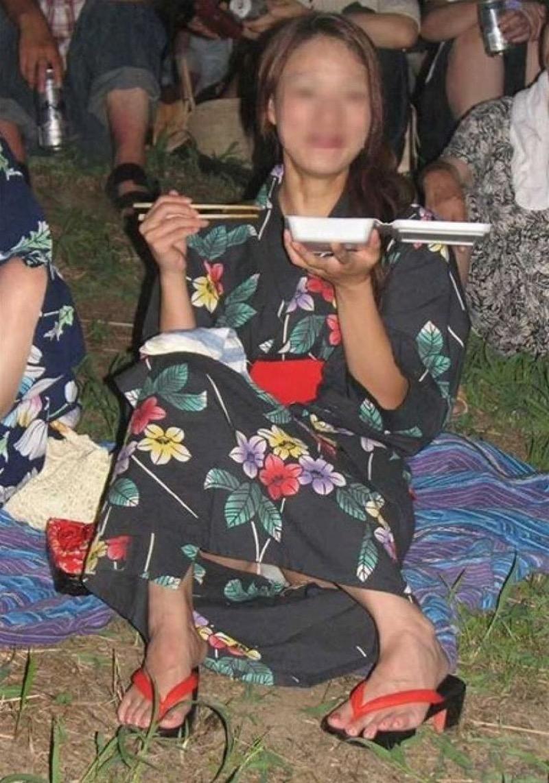 【花火大会パンチラ画像】お祭りの雰囲気や花火の綺麗さに気を取られてパンツ全開の素人娘wwww 40