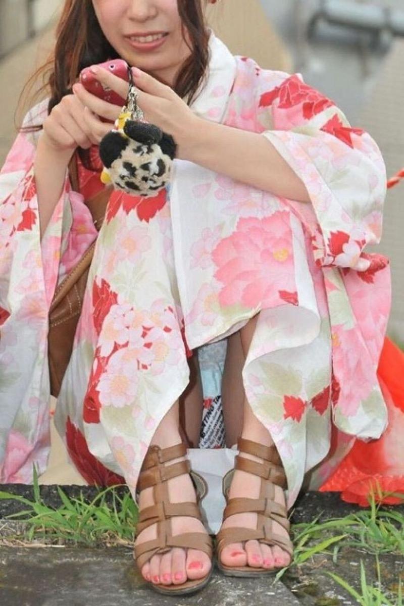 【花火大会パンチラ画像】お祭りの雰囲気や花火の綺麗さに気を取られてパンツ全開の素人娘wwww 43