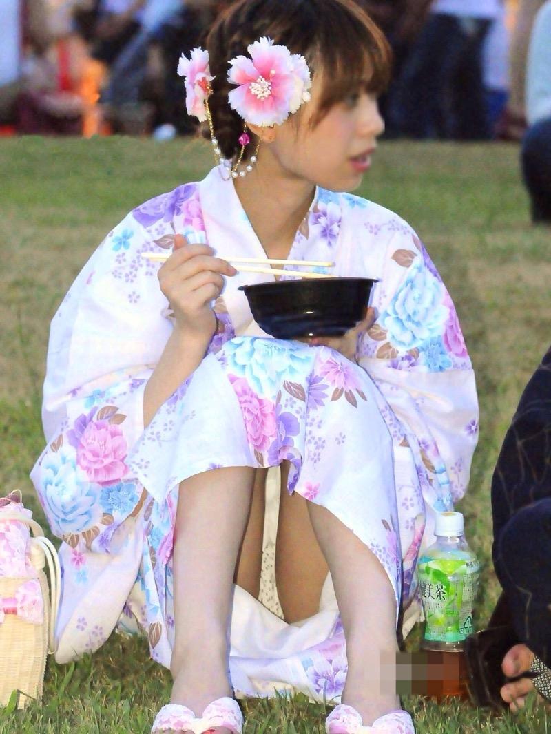 【花火大会パンチラ画像】お祭りの雰囲気や花火の綺麗さに気を取られてパンツ全開の素人娘wwww 57