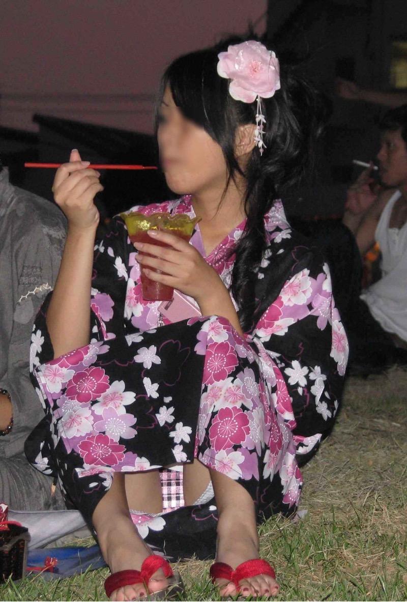 【花火大会パンチラ画像】お祭りの雰囲気や花火の綺麗さに気を取られてパンツ全開の素人娘wwww 58