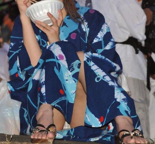 【花火大会パンチラ画像】お祭りの雰囲気や花火の綺麗さに気を取られてパンツ全開の素人娘wwww 62
