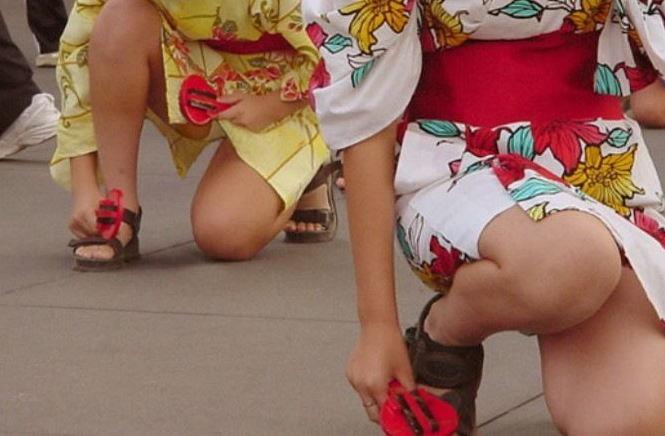 【花火大会パンチラ画像】お祭りの雰囲気や花火の綺麗さに気を取られてパンツ全開の素人娘wwww 63