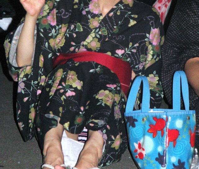 【花火大会パンチラ画像】お祭りの雰囲気や花火の綺麗さに気を取られてパンツ全開の素人娘wwww 64