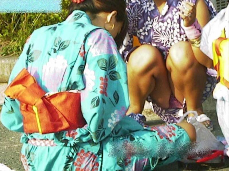 【花火大会パンチラ画像】お祭りの雰囲気や花火の綺麗さに気を取られてパンツ全開の素人娘wwww 75