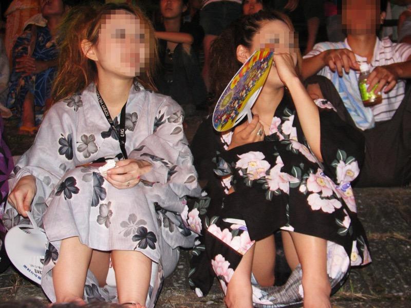 【花火大会パンチラ画像】お祭りの雰囲気や花火の綺麗さに気を取られてパンツ全開の素人娘wwww 80