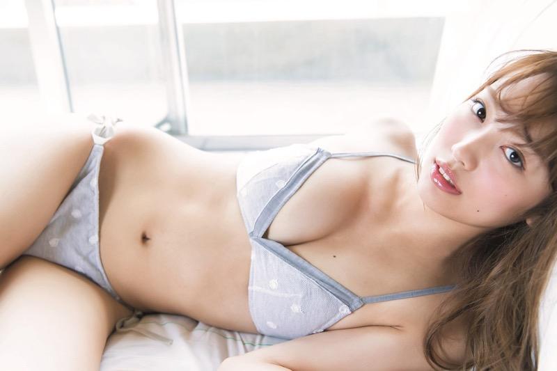 【みうらうみグラビア画像】ファッションモデルの綺麗なスレンダーボディと胸元のホクロがエロい!