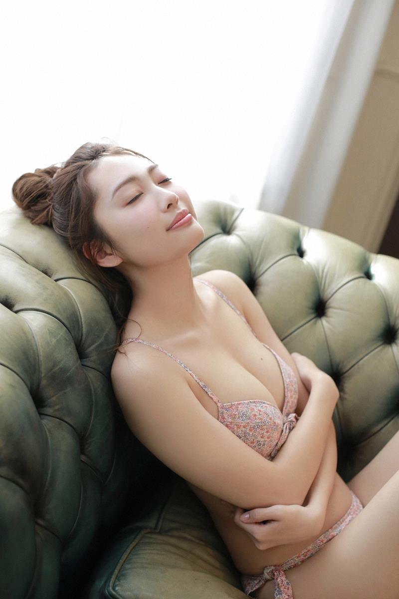 【みうらうみグラビア画像】ファッションモデルの綺麗なスレンダーボディと胸元のホクロがエロい! 19