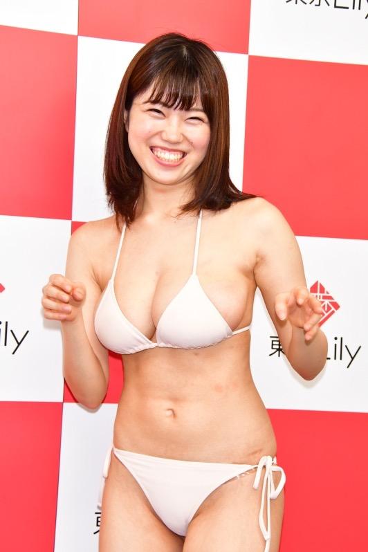 【麻亜子エロ画像】寄せたHカップ爆乳にチンコを突っ込んでパイズリ狭射したくなるグラビアアイドル 24