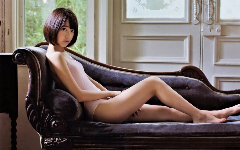 【宮脇咲良グラビア画像】透明感のある美肌がキレイな美少女系AKB48アイドルのエッチなビキニ姿 06