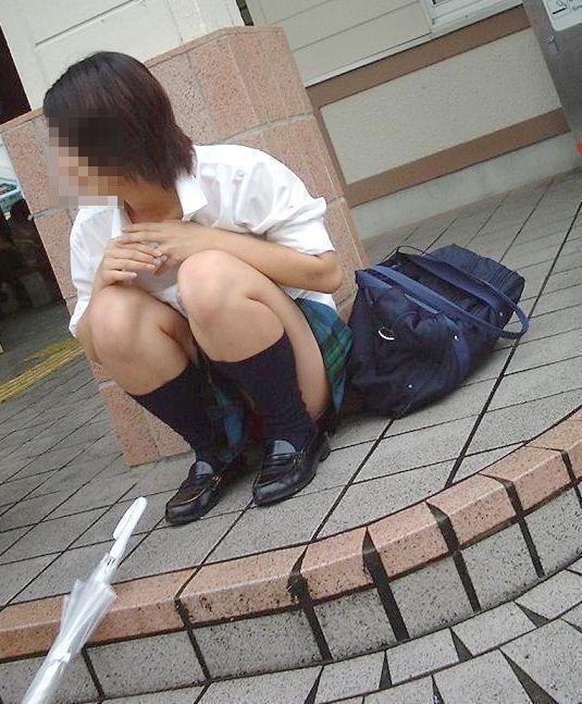 【JK盗撮エロ画像】新学期を迎えて久し振りに街で見かけた制服JKたちのミニスカパンチラと太ももwwww 03