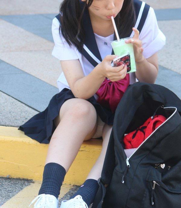 【JK盗撮エロ画像】新学期を迎えて久し振りに街で見かけた制服JKたちのミニスカパンチラと太ももwwww 05