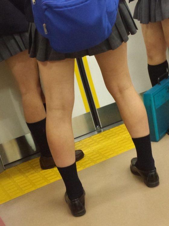 【JK盗撮エロ画像】新学期を迎えて久し振りに街で見かけた制服JKたちのミニスカパンチラと太ももwwww 06