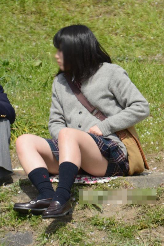【JK盗撮エロ画像】新学期を迎えて久し振りに街で見かけた制服JKたちのミニスカパンチラと太ももwwww 09