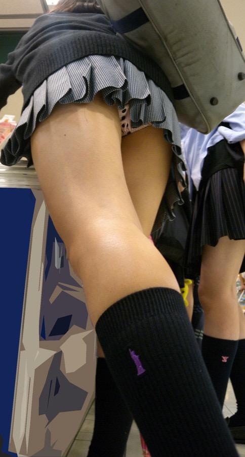 【JK盗撮エロ画像】新学期を迎えて久し振りに街で見かけた制服JKたちのミニスカパンチラと太ももwwww 10