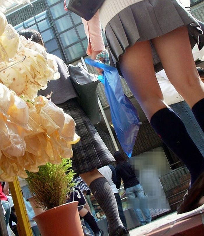 【JK盗撮エロ画像】新学期を迎えて久し振りに街で見かけた制服JKたちのミニスカパンチラと太ももwwww 17