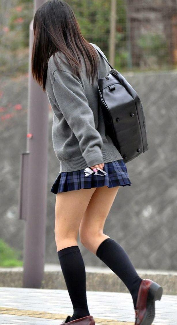 【JK盗撮エロ画像】新学期を迎えて久し振りに街で見かけた制服JKたちのミニスカパンチラと太ももwwww 24