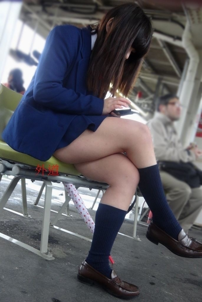 【JK盗撮エロ画像】新学期を迎えて久し振りに街で見かけた制服JKたちのミニスカパンチラと太ももwwww 27