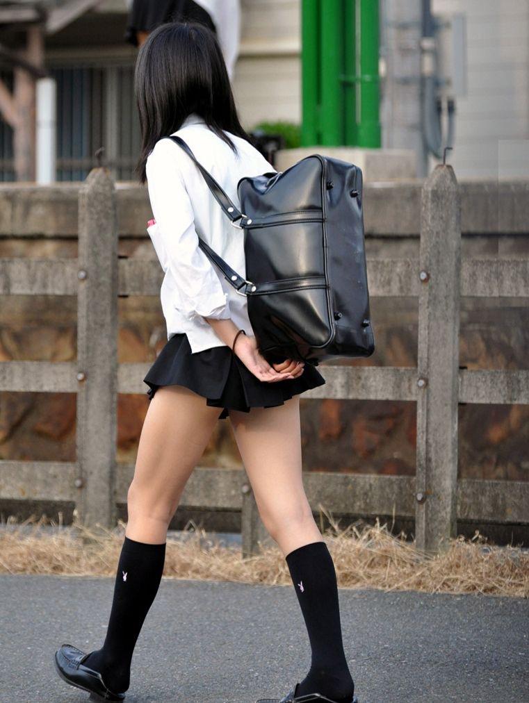 【JK盗撮エロ画像】新学期を迎えて久し振りに街で見かけた制服JKたちのミニスカパンチラと太ももwwww 30