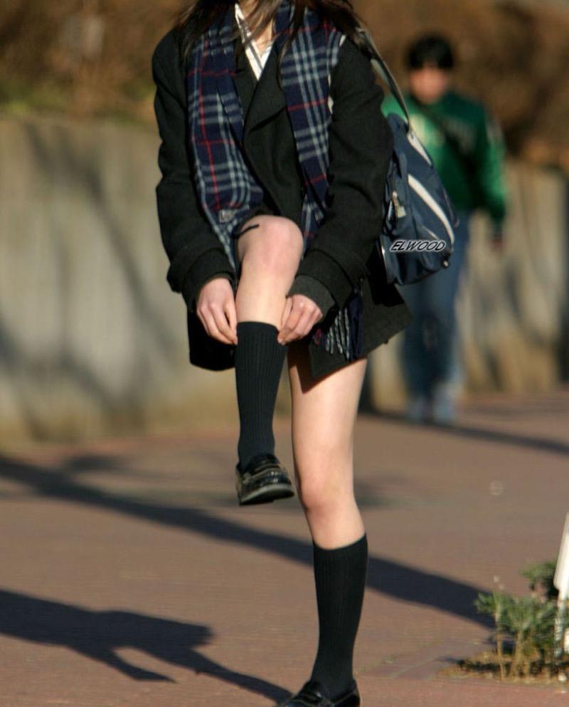 【JK盗撮エロ画像】新学期を迎えて久し振りに街で見かけた制服JKたちのミニスカパンチラと太ももwwww 37