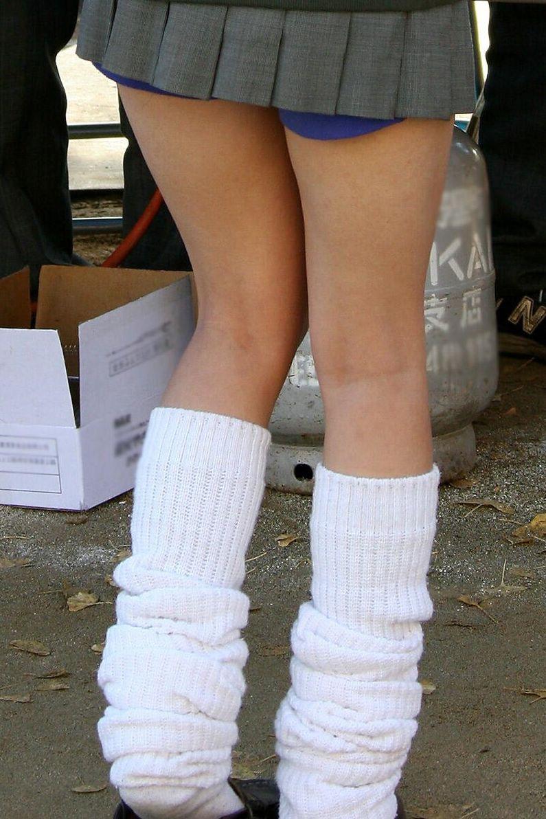 【JK盗撮エロ画像】新学期を迎えて久し振りに街で見かけた制服JKたちのミニスカパンチラと太ももwwww 38