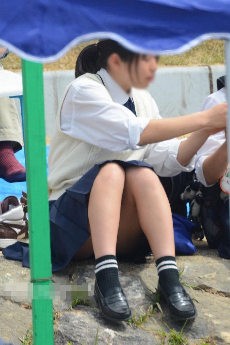 【JK盗撮エロ画像】新学期を迎えて久し振りに街で見かけた制服JKたちのミニスカパンチラと太ももwwww 43
