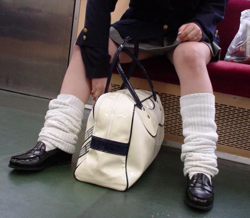 【JK盗撮エロ画像】新学期を迎えて久し振りに街で見かけた制服JKたちのミニスカパンチラと太ももwwww 63