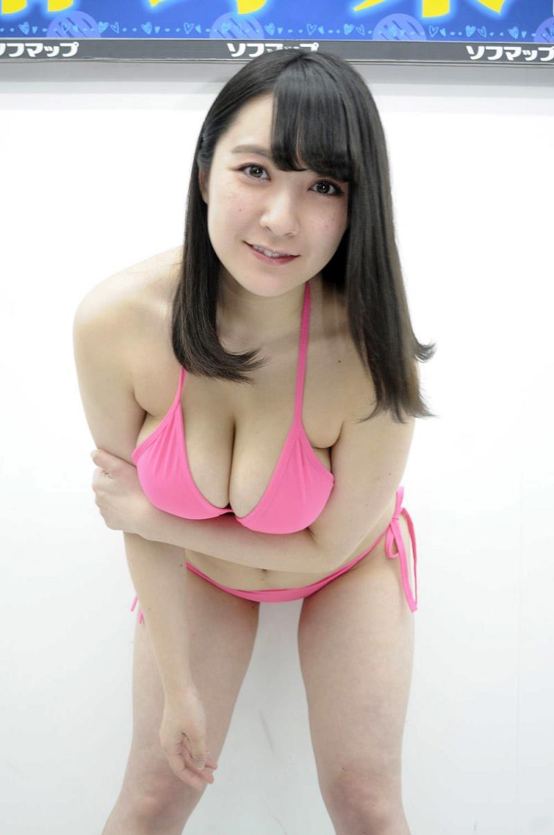 【紺野栞エロ画像】Hカップ爆乳が売りのグラビアアイドルがカップ数を縮める手術を受けるってマジかwwww 12