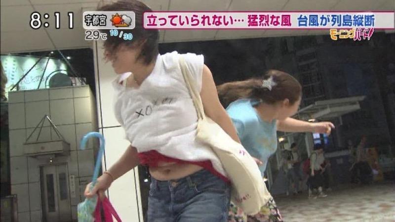 【台風エロ画像】容赦なく襲ってくる強風や豪雨に翻弄される女性達のパンチラ放送事故!