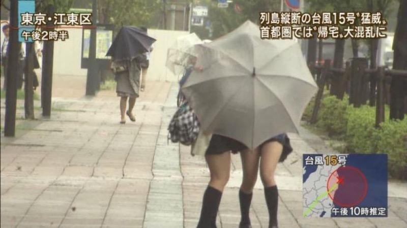 【台風エロ画像】容赦なく襲ってくる強風や豪雨に翻弄される女性達のパンチラ放送事故! 03