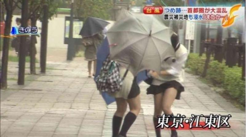 【台風エロ画像】容赦なく襲ってくる強風や豪雨に翻弄される女性達のパンチラ放送事故! 04