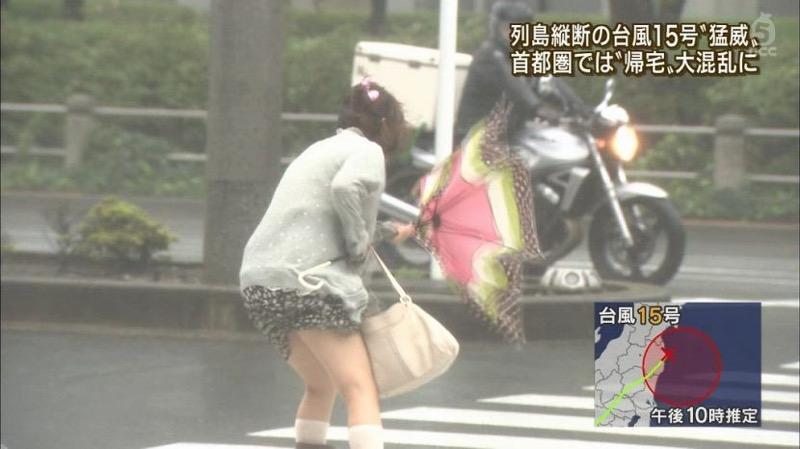 【台風エロ画像】容赦なく襲ってくる強風や豪雨に翻弄される女性達のパンチラ放送事故! 06