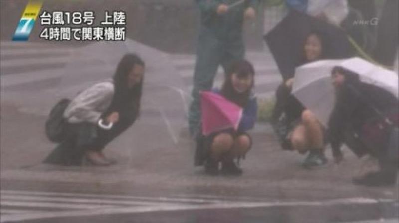 【台風エロ画像】容赦なく襲ってくる強風や豪雨に翻弄される女性達のパンチラ放送事故! 10