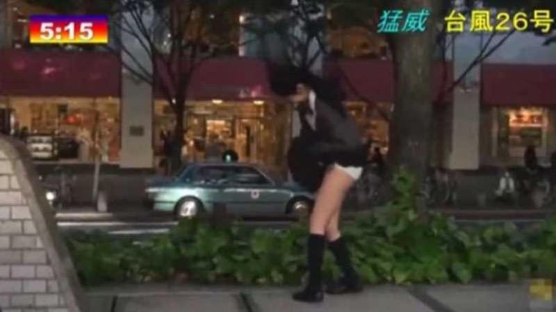 【台風エロ画像】容赦なく襲ってくる強風や豪雨に翻弄される女性達のパンチラ放送事故! 13