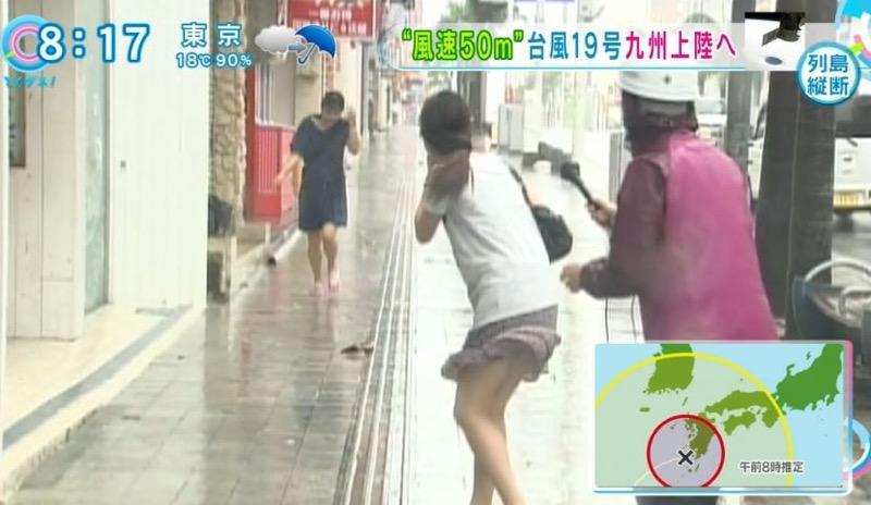 【台風エロ画像】容赦なく襲ってくる強風や豪雨に翻弄される女性達のパンチラ放送事故! 16