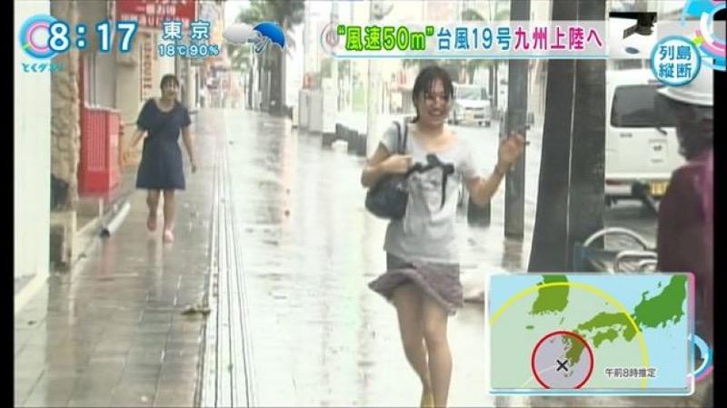 【台風エロ画像】容赦なく襲ってくる強風や豪雨に翻弄される女性達のパンチラ放送事故! 17
