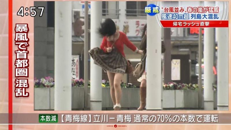 【台風エロ画像】容赦なく襲ってくる強風や豪雨に翻弄される女性達のパンチラ放送事故! 18