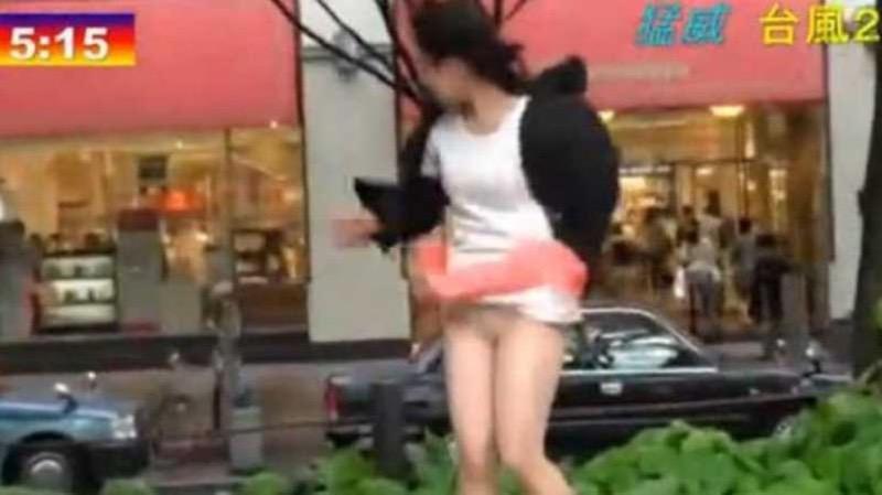 【台風エロ画像】容赦なく襲ってくる強風や豪雨に翻弄される女性達のパンチラ放送事故! 20
