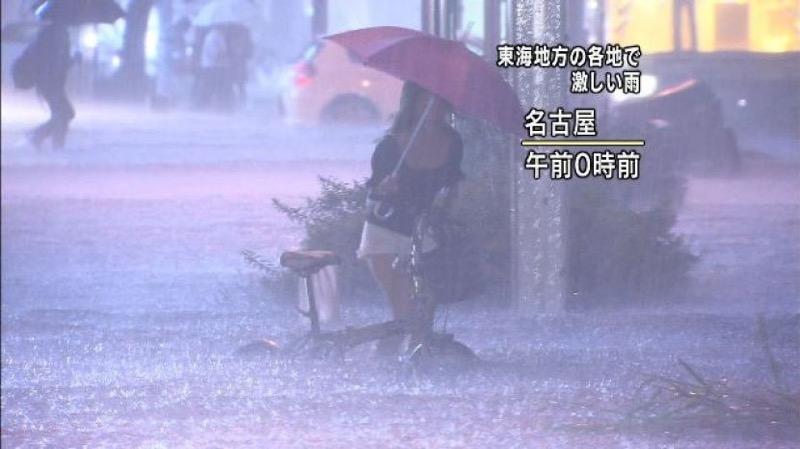 【台風エロ画像】容赦なく襲ってくる強風や豪雨に翻弄される女性達のパンチラ放送事故! 22