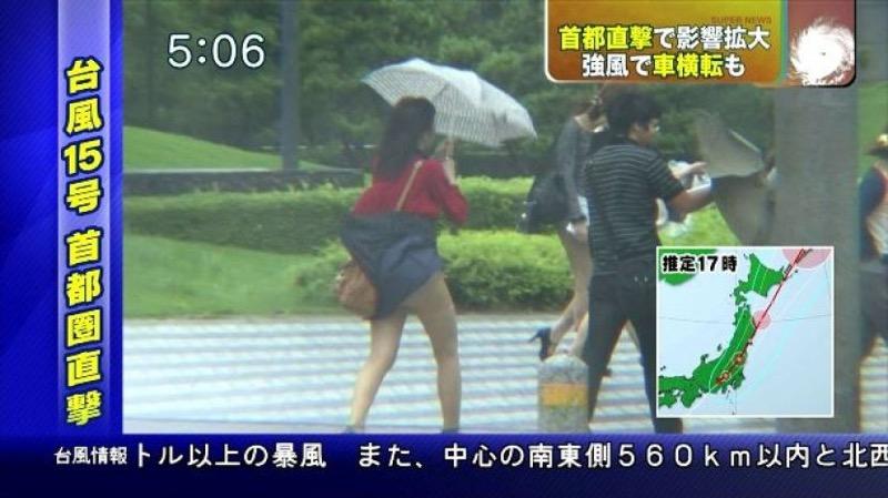 【台風エロ画像】容赦なく襲ってくる強風や豪雨に翻弄される女性達のパンチラ放送事故! 23