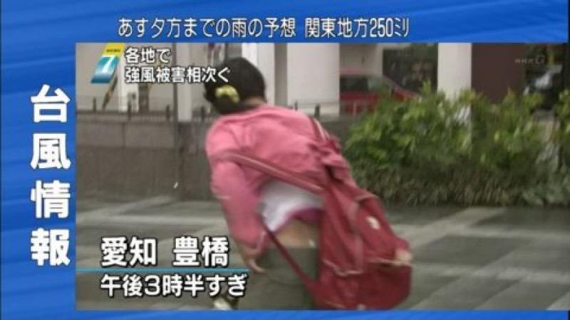 【台風エロ画像】容赦なく襲ってくる強風や豪雨に翻弄される女性達のパンチラ放送事故! 24