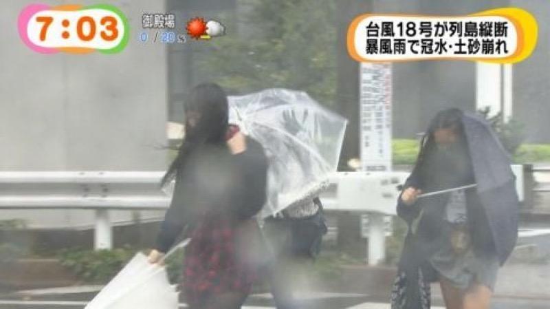 【台風エロ画像】容赦なく襲ってくる強風や豪雨に翻弄される女性達のパンチラ放送事故! 25