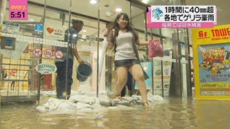 【台風エロ画像】容赦なく襲ってくる強風や豪雨に翻弄される女性達のパンチラ放送事故! 26