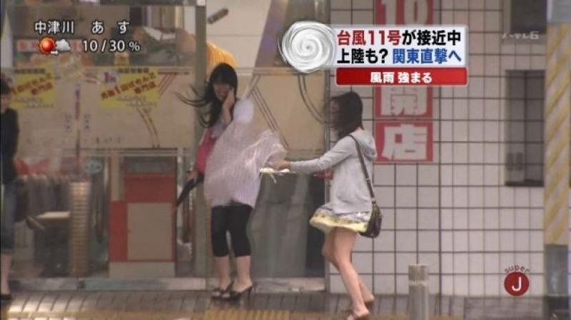【台風エロ画像】容赦なく襲ってくる強風や豪雨に翻弄される女性達のパンチラ放送事故! 28