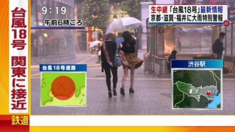 【台風エロ画像】容赦なく襲ってくる強風や豪雨に翻弄される女性達のパンチラ放送事故! 29