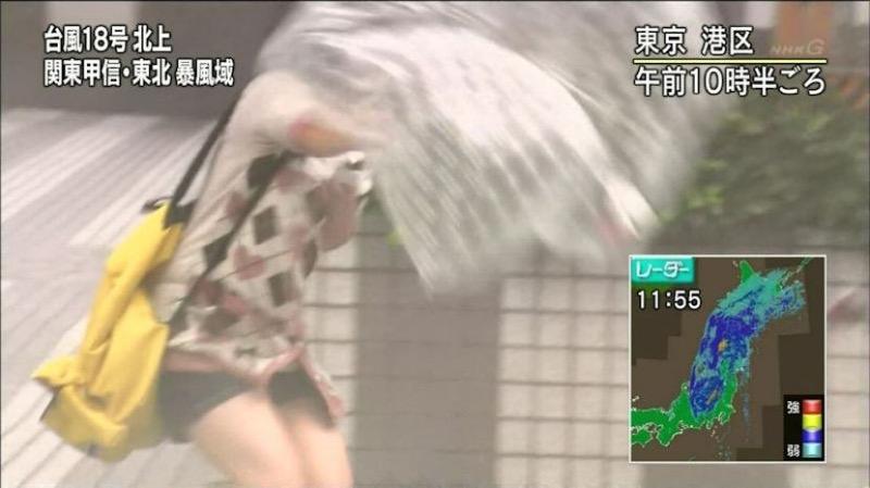 【台風エロ画像】容赦なく襲ってくる強風や豪雨に翻弄される女性達のパンチラ放送事故! 31