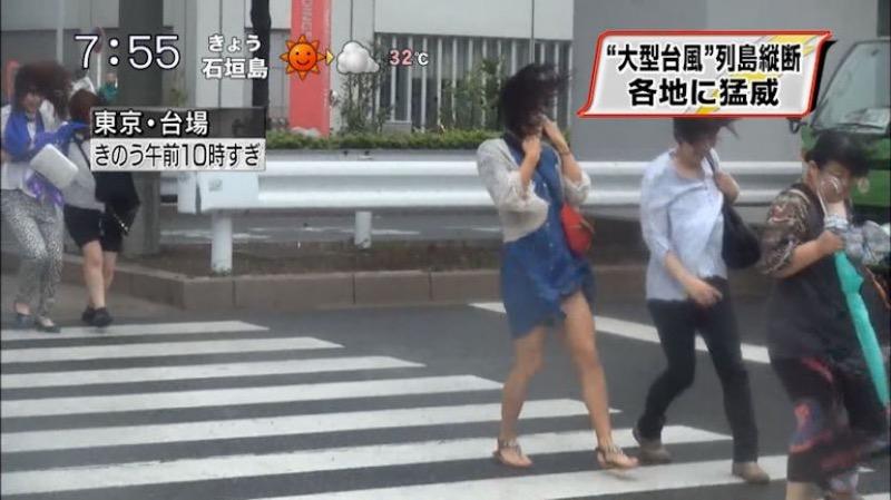 【台風エロ画像】容赦なく襲ってくる強風や豪雨に翻弄される女性達のパンチラ放送事故! 32