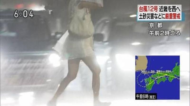 【台風エロ画像】容赦なく襲ってくる強風や豪雨に翻弄される女性達のパンチラ放送事故! 33